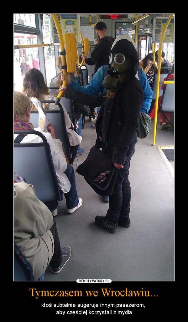 Tymczasem we Wrocławiu... – ktoś subtelnie sugeruje innym pasażerom, aby częściej korzystali z mydła