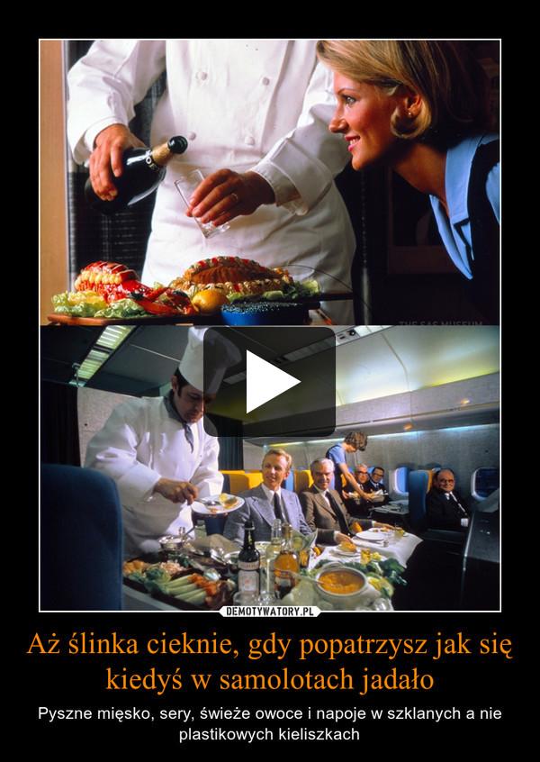 Aż ślinka cieknie, gdy popatrzysz jak się kiedyś w samolotach jadało – Pyszne mięsko, sery, świeże owoce i napoje w szklanych a nie plastikowych kieliszkach