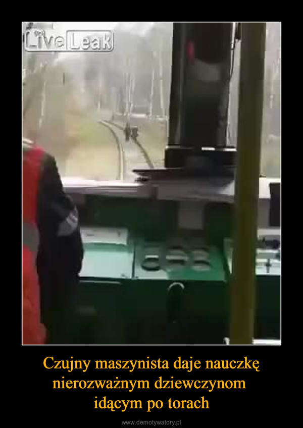 Czujny maszynista daje nauczkę nierozważnym dziewczynom idącym po torach –