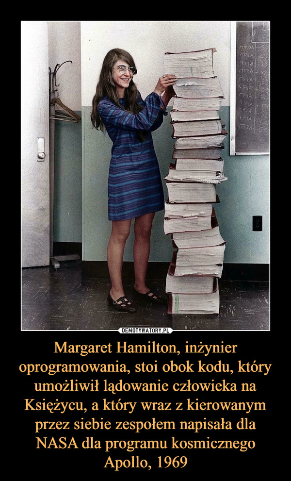 Margaret Hamilton, inżynier oprogramowania, stoi obok kodu, który umożliwił lądowanie człowieka na Księżycu, a który wraz z kierowanym przez siebie zespołem napisała dla NASA dla programu kosmicznego Apollo, 1969 –
