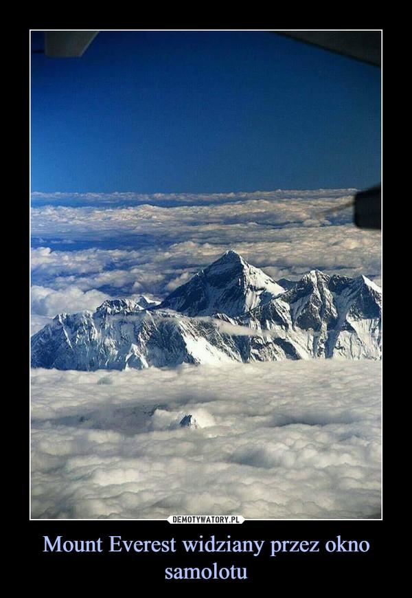 Mount Everest widziany przez okno samolotu –