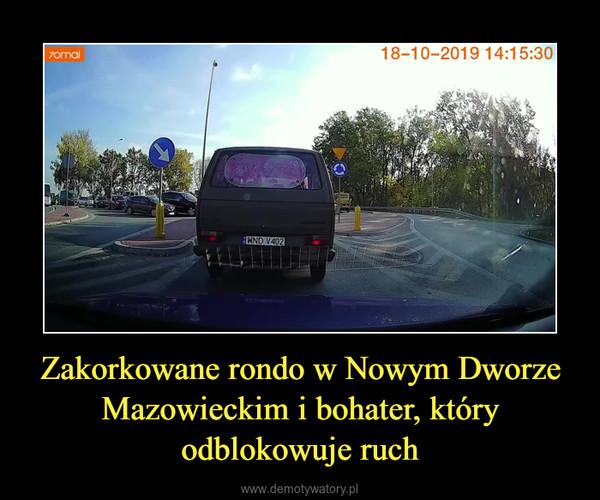 Zakorkowane rondo w Nowym Dworze Mazowieckim i bohater, który odblokowuje ruch –