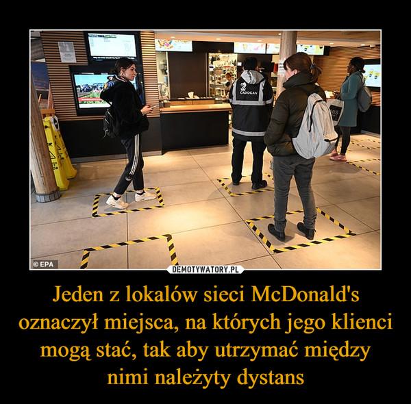 Jeden z lokalów sieci McDonald's oznaczył miejsca, na których jego klienci mogą stać, tak aby utrzymać między nimi należyty dystans –