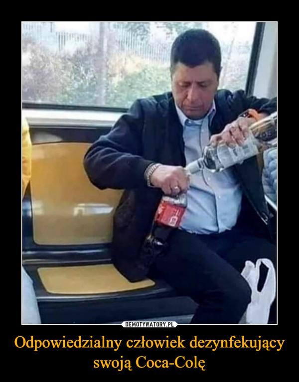 Odpowiedzialny człowiek dezynfekujący swoją Coca-Colę –