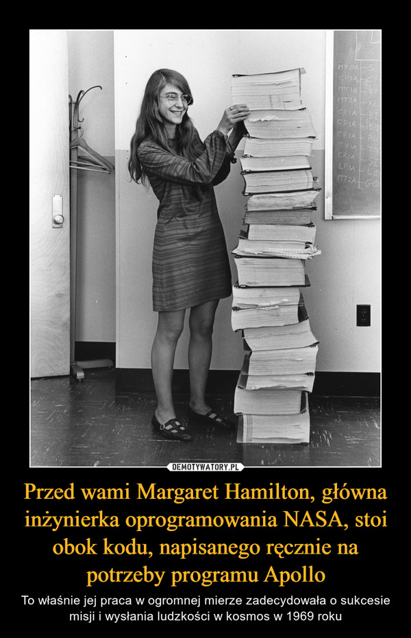 Przed wami Margaret Hamilton, główna inżynierka oprogramowania NASA, stoi obok kodu, napisanego ręcznie na potrzeby programu Apollo – To właśnie jej praca w ogromnej mierze zadecydowała o sukcesie misji i wysłania ludzkości w kosmos w 1969 roku