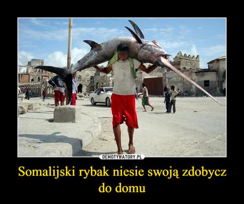 Somalijski rybak niesie swoją zdobycz do domu