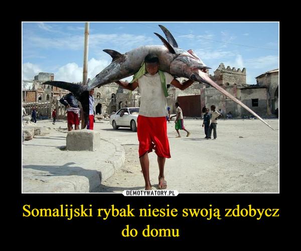 Somalijski rybak niesie swoją zdobycz do domu –