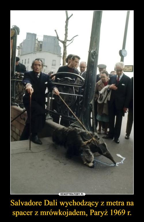 Salvadore Dali wychodzący z metra na spacer z mrówkojadem, Paryż 1969 r.
